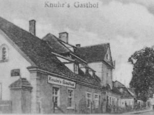 Gościniec Knuhr's Gasthof po 1930r. (zabudowania dworskie), z tyłu widać młyn dworski.